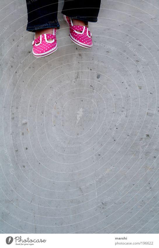 baumeln lassen schön Gefühle Stil grau Mauer Fuß Schuhe Beine rosa Beton Punkt hängen Gebäude gepunktet sommerlich hängend