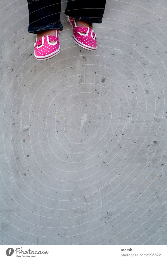 baumeln lassen Stil Beine Fuß grau rosa Schuhe sommerlich hängen hängend hängen lassen Beton Betonwand Mauer gepunktet schön Gefühle Punkt Farbfoto