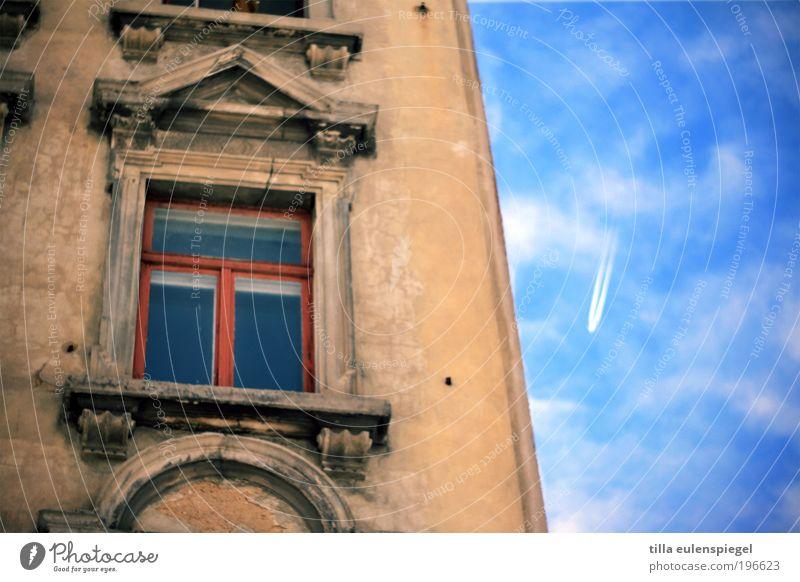 Urlaubszeit Himmel Ferien & Urlaub & Reisen Sommer Wolken Haus Ferne Fenster Wand Freiheit Gebäude Mauer Wetter Fassade fliegen Ausflug Flugzeug