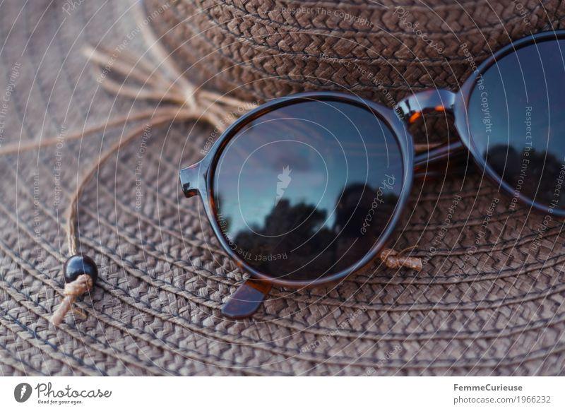 Summer time! Schönes Wetter Lebensfreude Leichtigkeit Ferien & Urlaub & Reisen Strohhut Sonnenbrille braun Reflexion & Spiegelung Sonnenhut Stillleben Schnur