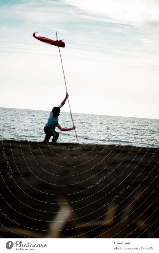 angekommen Mensch Mann Wasser Meer Strand Einsamkeit Erwachsene dunkel Bewegung Wege & Pfade Arbeit & Erwerbstätigkeit Wind Schilder & Markierungen maskulin