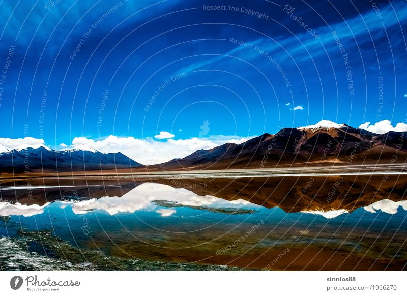 Bolivien Altiplano Hochebene Vulkan und Berge Panorama Himmel Natur blau Sommer schön Wasser Landschaft Wolken Ferne Berge u. Gebirge See braun Horizont Idylle