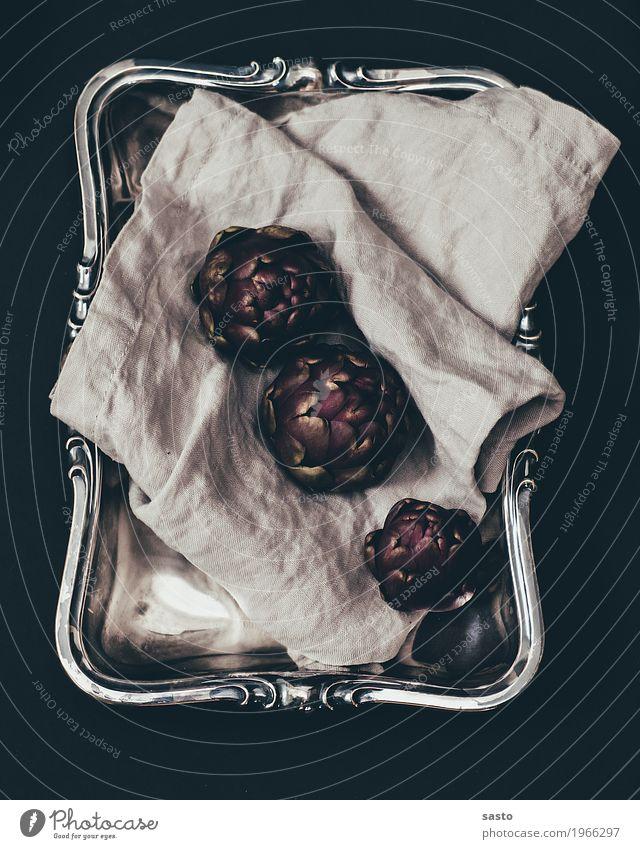 Drei Artischocken Lebensmittel Gemüse Vegetarische Ernährung Slowfood ästhetisch Tablett Tuch gesund roh organisch frisch Farbfoto Innenaufnahme Nahaufnahme