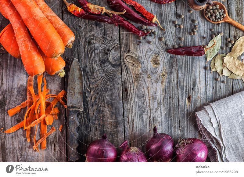 Karotten und Zwiebeln des frischen Gemüses auf einer Holzoberfläche Frucht Kräuter & Gewürze Ernährung Vegetarische Ernährung Messer Tisch Küche Pflanze Diät
