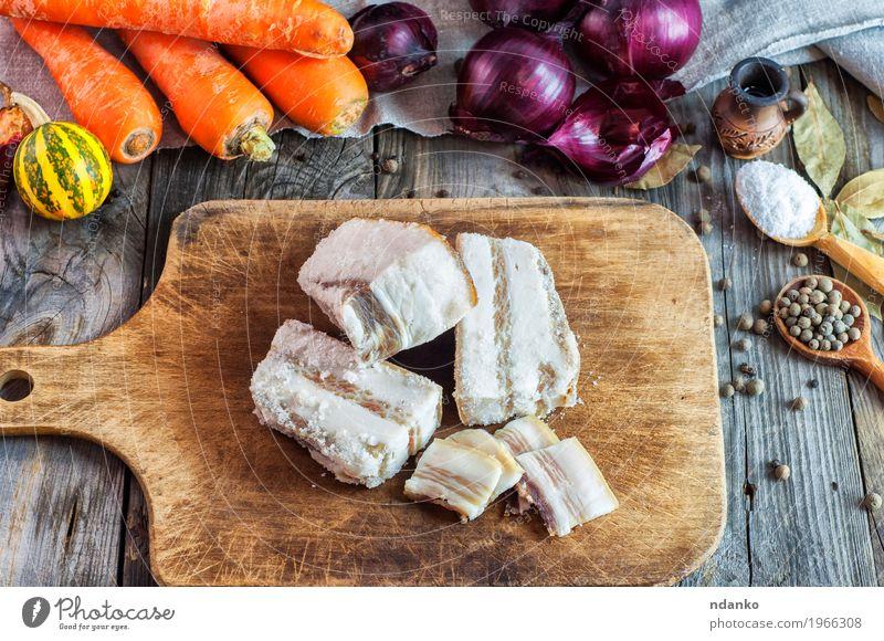 Frisches gesalzenes Schweinefett auf einem Küchenbrett Lebensmittel Gemüse Kräuter & Gewürze Essen Löffel Tisch alt frisch lecker natürlich braun grau orange