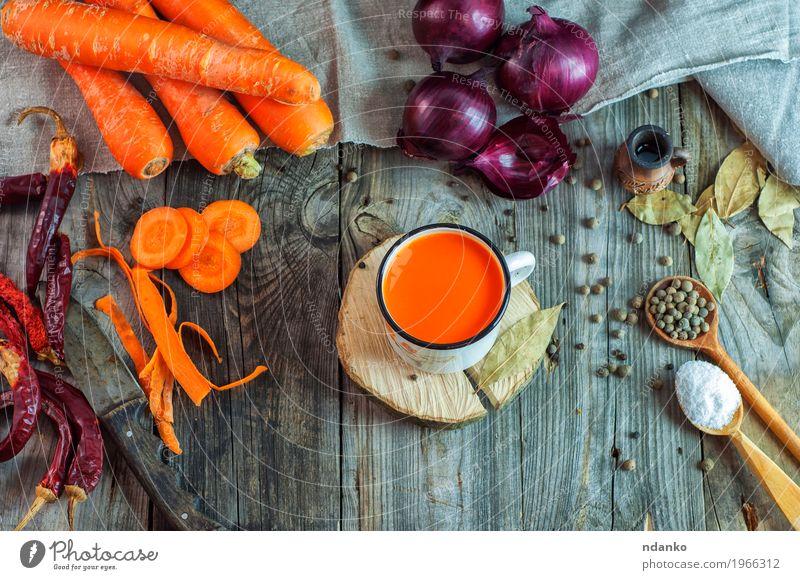 Frischer Saft im Eisenbecher Natur rot Essen natürlich Holz Lebensmittel Gesundheitswesen grau oben orange Ernährung frisch Tisch Kräuter & Gewürze Getränk