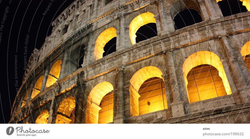 ... vedo la maestà der Colosseo ... alt Ferien & Urlaub & Reisen Sommer dunkel Fenster Architektur Gebäude Fassade groß Tourismus Kultur Bauwerk Italien Denkmal