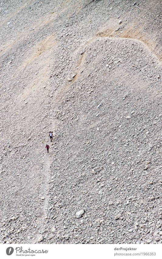 Wandern in den Dolomiten Zentralperspektive Starke Tiefenschärfe Sonnenstrahlen Sonnenlicht Lichterscheinung Silhouette Kontrast Schatten Tag Textfreiraum oben