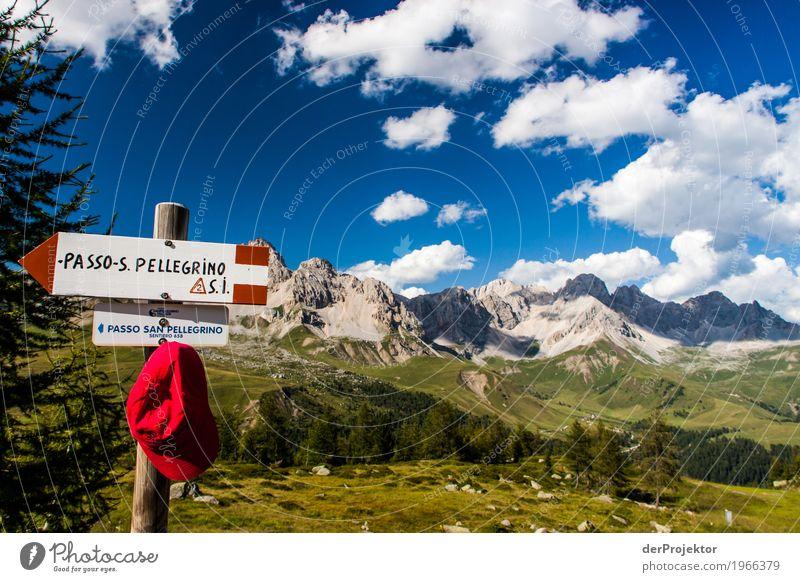 Wanderinformationen mit Panorama in den Dolomiten Zentralperspektive Starke Tiefenschärfe Sonnenstrahlen Sonnenlicht Lichterscheinung Silhouette Kontrast