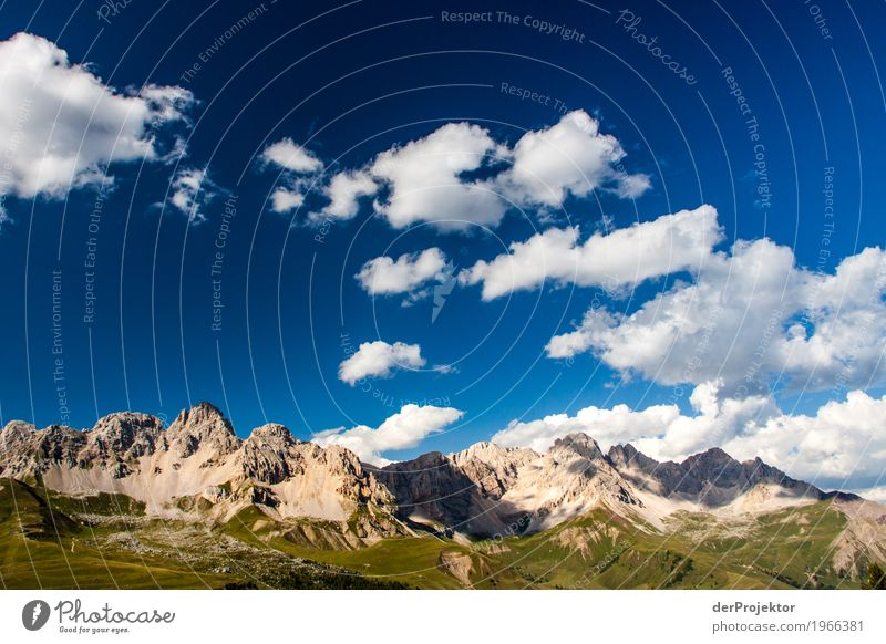 Wolken und Schatten in den Dolomiten Zentralperspektive Starke Tiefenschärfe Sonnenstrahlen Sonnenlicht Lichterscheinung Silhouette Kontrast Tag