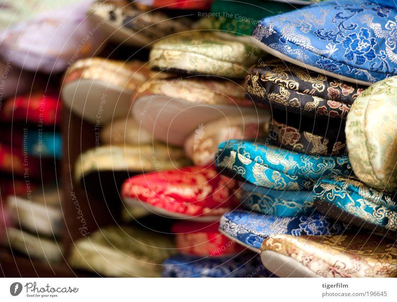 blau rot Farbe Hintergrundbild gold mehrere Stoff Schuhe mehrfarbig viele Chinese Hausschuhe Seide Mensch Textilien Strukturen & Formen