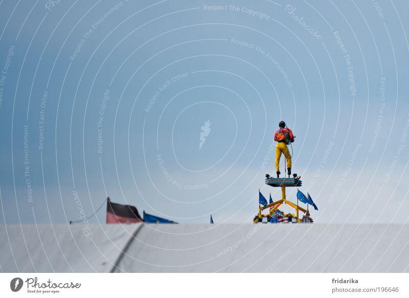schwing die hüfte baby Mensch Mann blau rot Erwachsene gelb Tanzen Fahne Kitsch Spielzeug trashig Jahrmarkt Skulptur Puppe trendy Tänzer