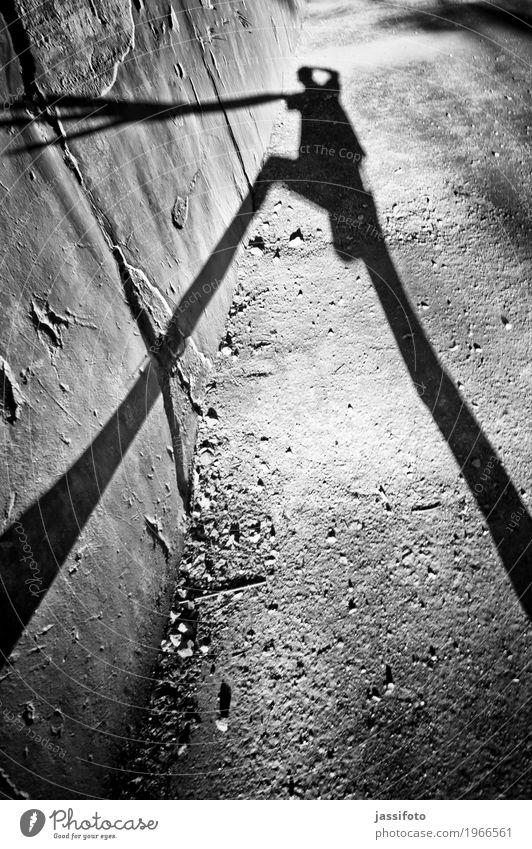 Schattenwesen Mensch 1 Mauer Wand gruselig dünn schwarz Surrealismus Schattenspiel Schlagschatten Schattenriss Abbild Existenz Fabelwesen lang Körper Silhouette