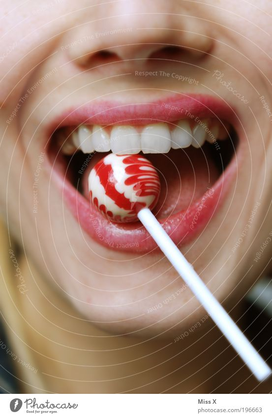 Hallo Karies Lebensmittel Dessert Süßwaren Ernährung schön Lippenstift Übergewicht feminin Junge Frau Jugendliche Mund Zähne 1 Mensch 18-30 Jahre Erwachsene