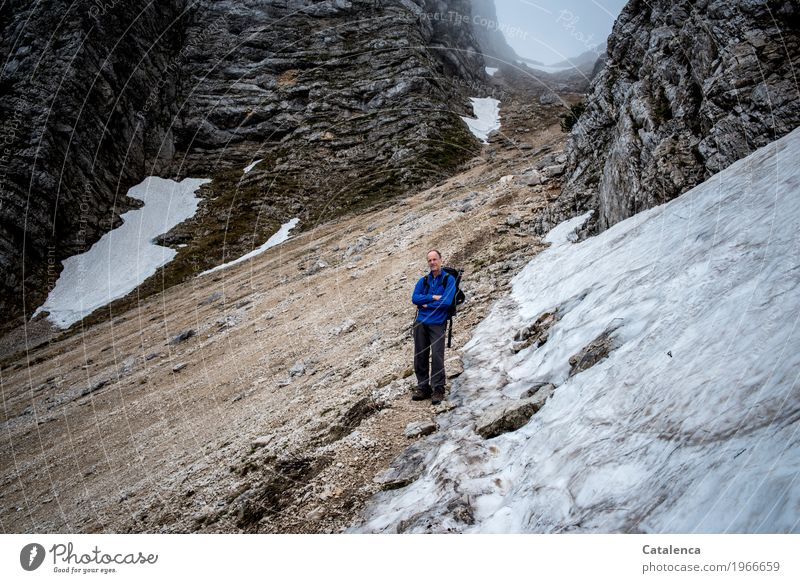 Nun komm Mensch Mann blau Landschaft Freude Winter Berge u. Gebirge schwarz Erwachsene Frühling grau braun Felsen maskulin Nebel wandern