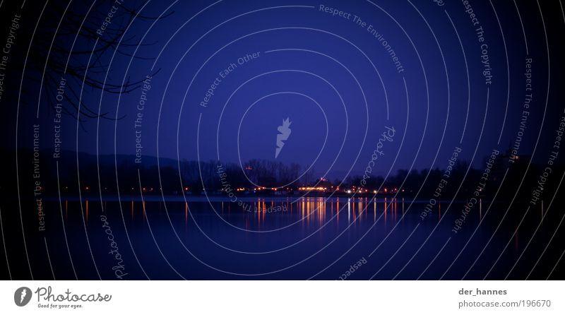 streifensee Seeufer Wiesensee Hemsbach Terrasse Ferne kalt blau Angst reflektion Farbfoto Gedeckte Farben Außenaufnahme Experiment abstrakt Menschenleer