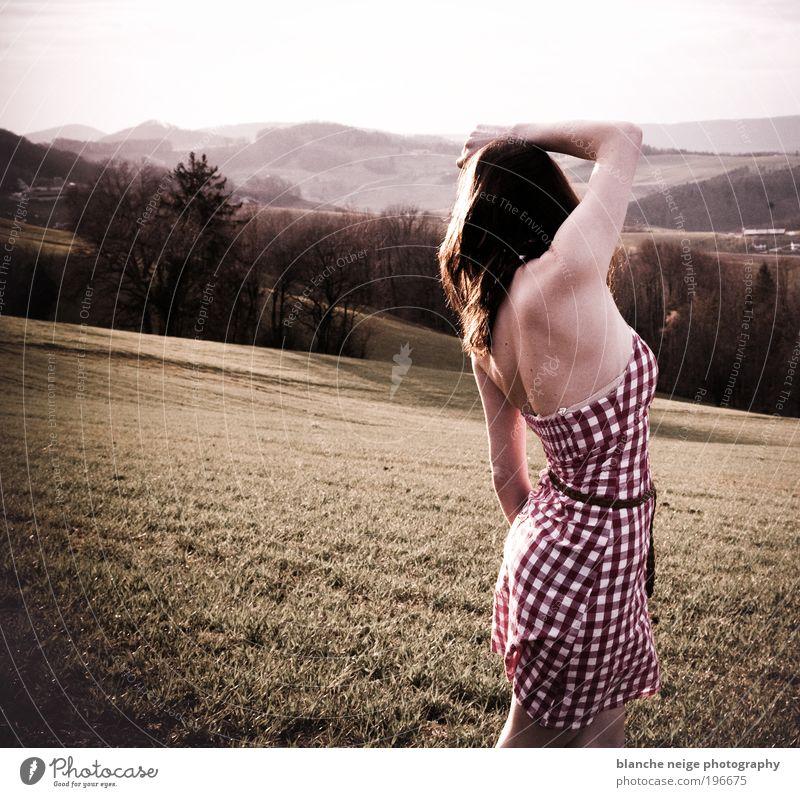 as long as it takes elegant Stil Haare & Frisuren Haut Freiheit Mensch feminin Junge Frau Jugendliche Erwachsene Rücken 1 18-30 Jahre Wiese Feld Hügel Kleid