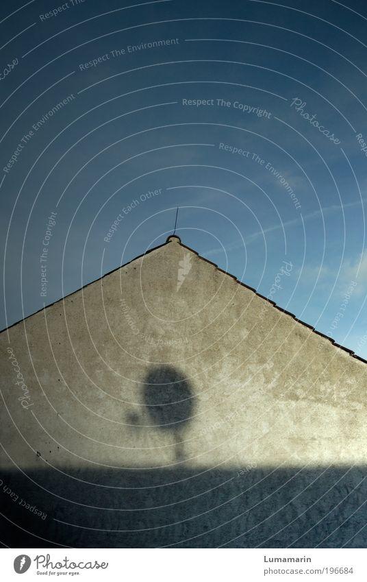 outer space Häusliches Leben Wohnung Haus Einfamilienhaus Mauer Wand bedrohlich Einsamkeit Fortschritt Kontakt Zukunft Schatten Satellitenantenne Himmel Dach