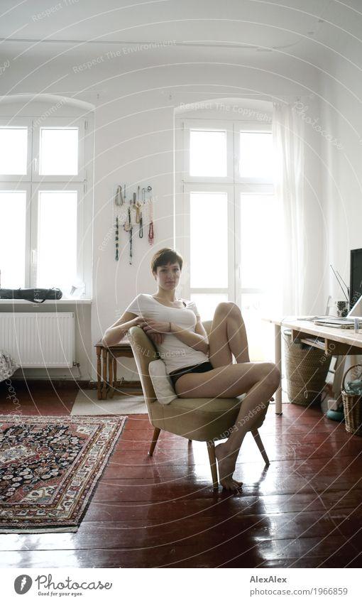 kurze Pause Lifestyle schön Körper Leben Wohnung Schreibtisch Sessel Notebook Junge Frau Jugendliche Beine 18-30 Jahre Erwachsene Top Barfuß brünett kurzhaarig