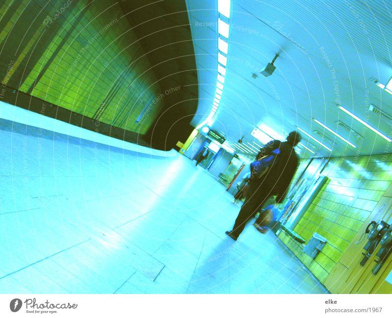 zur abfahrt bereit U-Bahn Mann Verkehr Mensch laufen