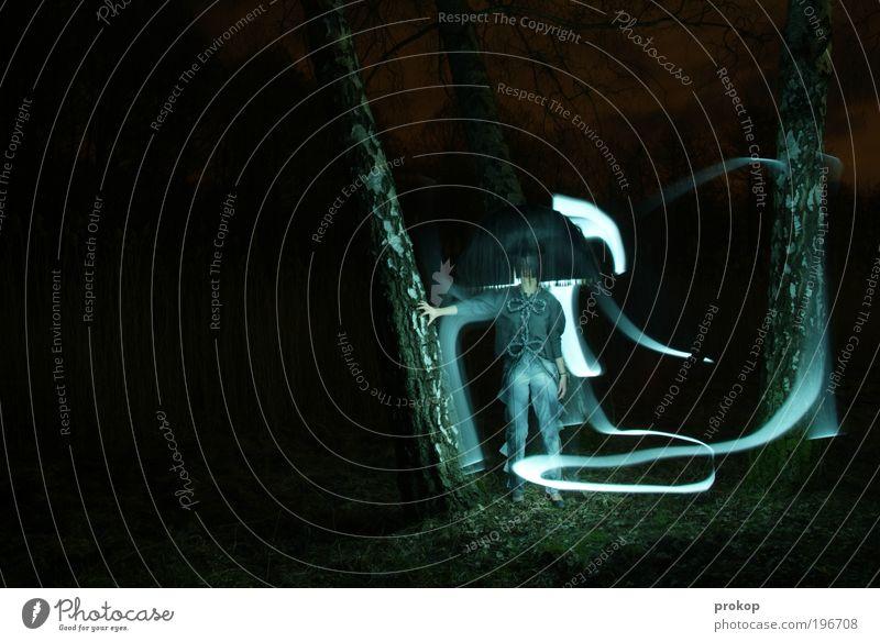 get a grip Mensch Frau Natur Jugendliche schön Baum Einsamkeit Erwachsene Wald dunkel Stil Mode Angst Lifestyle stehen Streifen