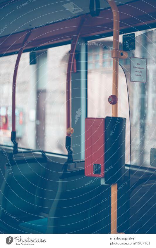 Ommnibus Nahverkehr Mensch Stadt Straße Bewegung Menschengruppe Zusammensein Arbeit & Erwerbstätigkeit Verkehr authentisch stehen beobachten fahren Mobilität Verkehrswege Fahrzeug Personenverkehr