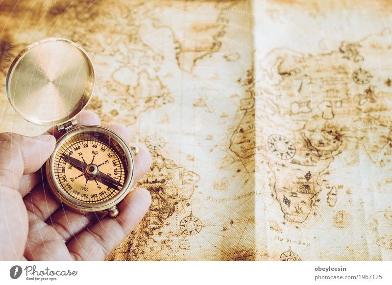 Kompass Lifestyle Stil Design Mensch Hand Kunst Natur Abenteuer Farbfoto mehrfarbig Nahaufnahme Detailaufnahme Makroaufnahme Tag Weitwinkel
