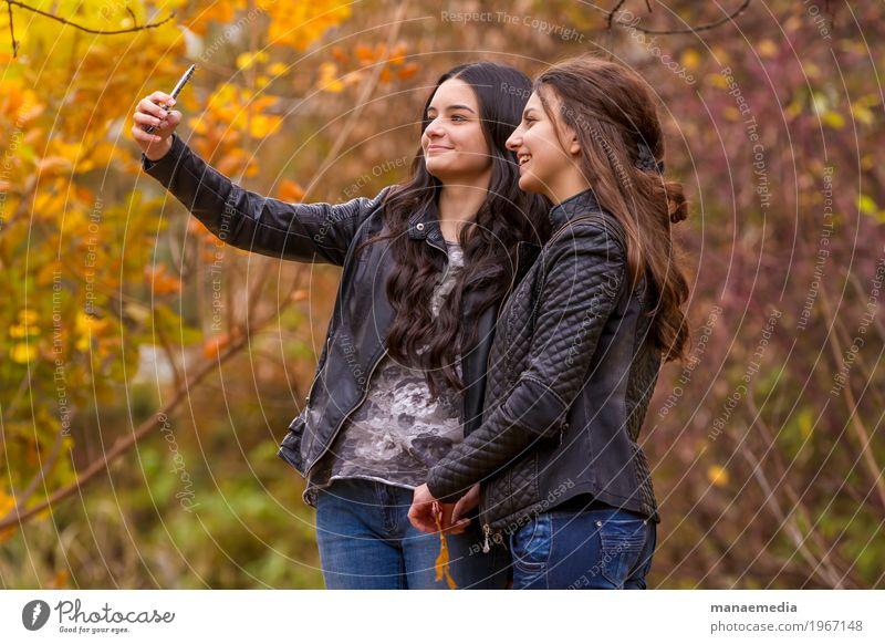 Freundinnen, die selfie Foto mit Smartphone machen Mensch Frau Natur Ferien & Urlaub & Reisen Jugendliche Sonne Baum Erholung Blatt Freude Mädchen Erwachsene