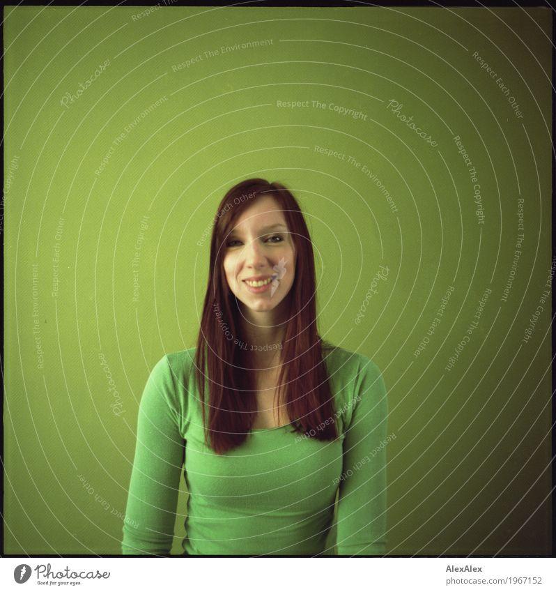 alles im grünen Bereich schön Leben harmonisch Junge Frau Jugendliche 18-30 Jahre Erwachsene Top Kinngrübchen rothaarig langhaarig Porträt Mittelformat