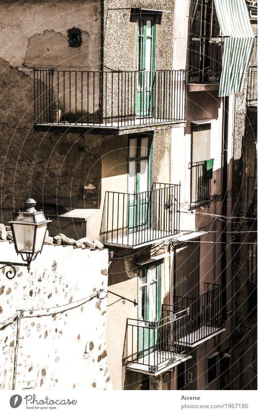 zammgebrochen | und wieder aufgebaut alt Haus Wand Senior Mauer grau Fassade hell Wohnung Häusliches Leben Armut Italien kaputt Schutz Dorf heiß