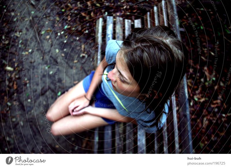 Nass und allein.Allein und nass. wandern Junge Frau Jugendliche Leben dunkel trist blau Gefühle Stimmung Hoffnung Traurigkeit Sorge Trauer Liebeskummer