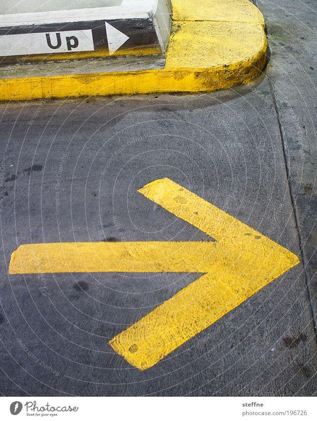 upright | aufrecht gelb oben USA Asphalt Pfeil Hinweisschild Kontrolle Verkehr Parkhaus Symbole & Metaphern Schilder & Markierungen