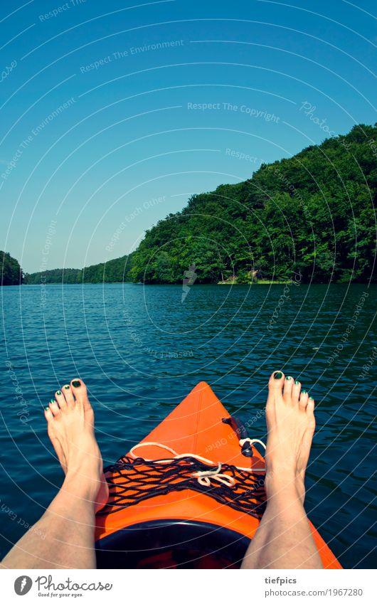Sommer in Brandenburg Sonne Sport Wassersport Frau Erwachsene Wald See Ruderboot Wasserfahrzeug fahren Kanu füsse Kanadier padeln Rudern aktivurlaub orange