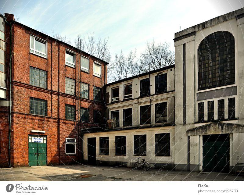 Keiner will mehr Porzellan... alt blau Stadt rot Architektur grau Gebäude dreckig Industrie Fabrik Bauwerk Schönes Wetter historisch Verfall Ruine Zerstörung