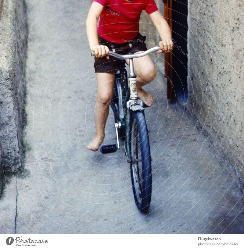 Fahrradfahrschule Sommer Wand Spielen Bewegung Beine Fuß Freizeit & Hobby laufen Beton frei lernen Sicherheit fahren berühren frech anstrengen