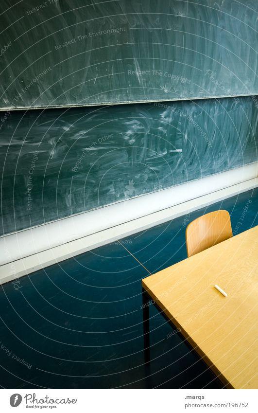 Streng Gefühle Angst Raum Ordnung Erfolg lernen Tisch Innenarchitektur Studium Stuhl Bildung Student Tafel Wissenschaften Stress Kreide