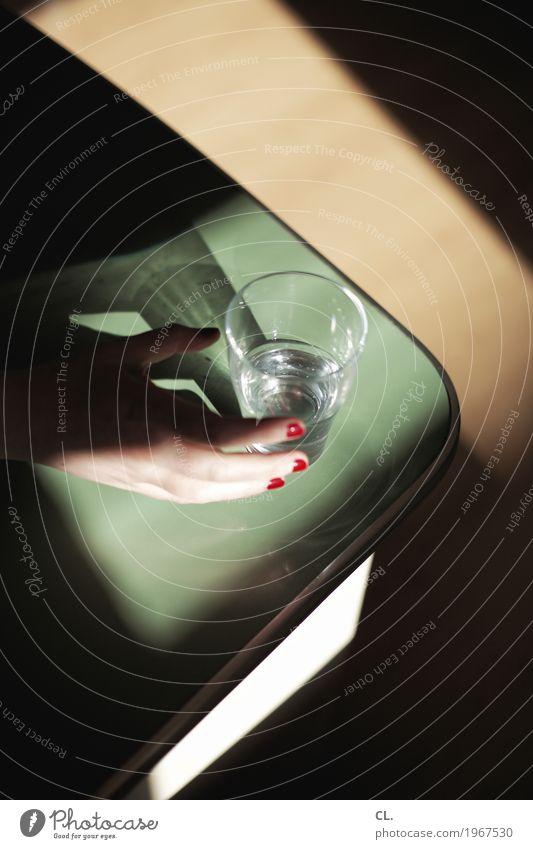 hand mit rot lackierten fingernnägeln greift nach wasserglas Getränk trinken Erfrischungsgetränk Trinkwasser Glas Nagellack Gesunde Ernährung Arbeitsplatz Büro