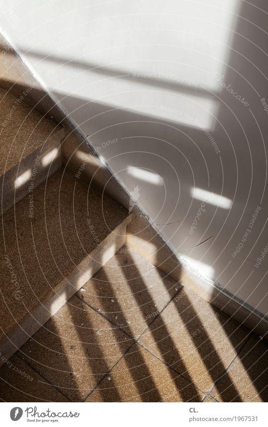 im treppenhaus Häusliches Leben Wohnung Haus Mauer Wand Treppe Treppenhaus eckig Farbfoto Innenaufnahme abstrakt Menschenleer Tag Licht Schatten Sonnenlicht