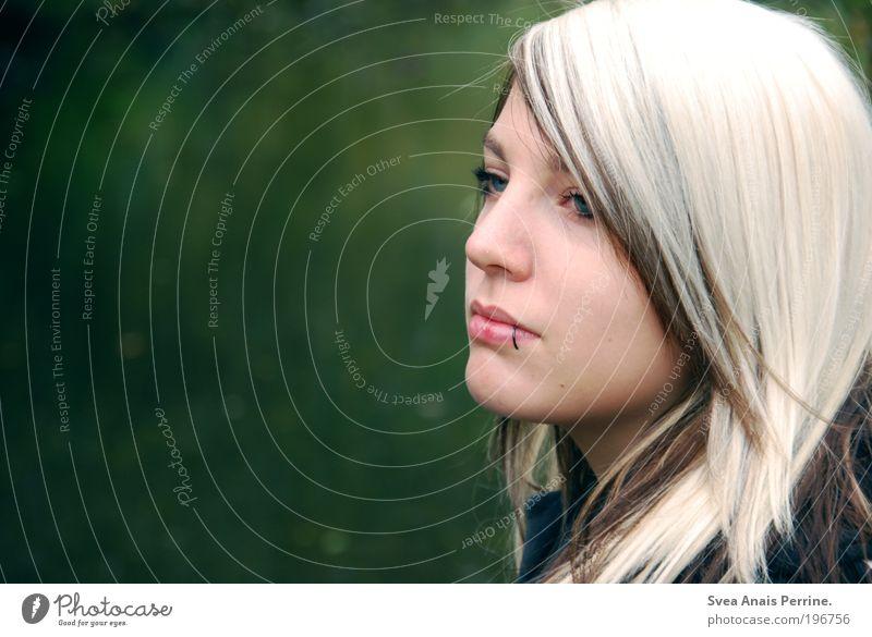 india. Mensch Frau Natur Jugendliche Wasser grün schön Erwachsene Umwelt feminin Haare & Frisuren Park blond elegant warten Mund