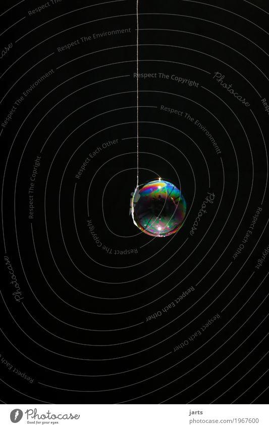 bubbles I Schleife Wasser leuchten fantastisch glänzend rund Kreativität Nähgarn Seifenblase regenbogenfarben hängen Farbfoto mehrfarbig Studioaufnahme