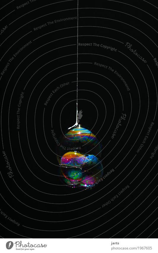 bubbles VII Wasser hängen Flüssigkeit frisch glänzend rund schön Kreativität Blase Seifenblase regenbogenfarben Nähgarn Farbfoto mehrfarbig Innenaufnahme