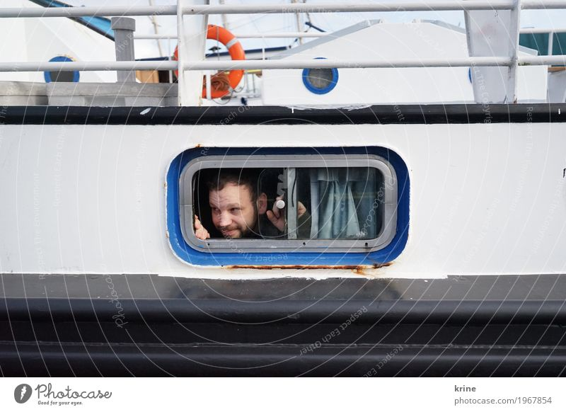 Ausguck Freude Ausflug Abenteuer Ferne Meer maskulin Erwachsene 1 Mensch 30-45 Jahre Schifffahrt Passagierschiff Wasserfahrzeug Hafen Bullauge An Bord