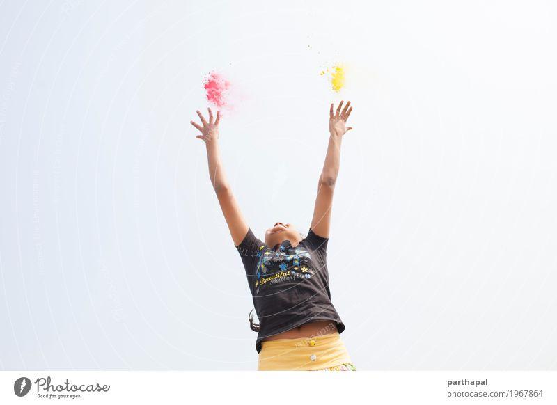 Ein Mädchen, das Arme ausdehnt und Farbenpulver wirft Lifestyle Hand 1 Mensch 8-13 Jahre Kind Kindheit Fitness springen Fröhlichkeit Begeisterung Kraft Energie