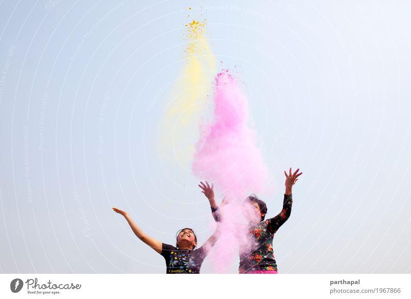 Mädchen machen Spaß und spielen mit Farbpulver Lifestyle Freude Leben Erholung Ferien & Urlaub & Reisen Freiheit Schwester Freundschaft Jugendliche Kopf Arme
