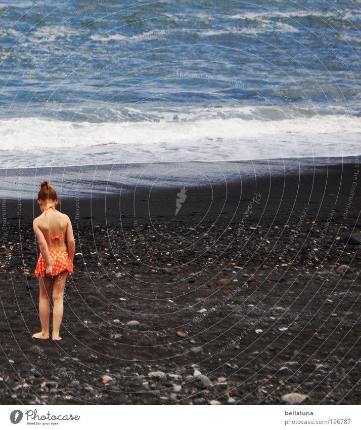 Schatzsuche Mensch Kind Mädchen Kindheit Leben 1 3-8 Jahre gehen stehen träumen Strand schwarzer Sand Lavastrand Lavasand Meer Atlantik Teneriffa