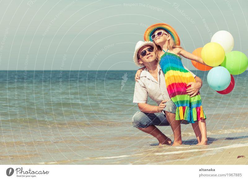 Vater und Tochter mit den Ballonen, die auf dem Strand spielen Kind Frau Natur Ferien & Urlaub & Reisen Sommer Sonne Hand Meer Erholung Freude Mädchen