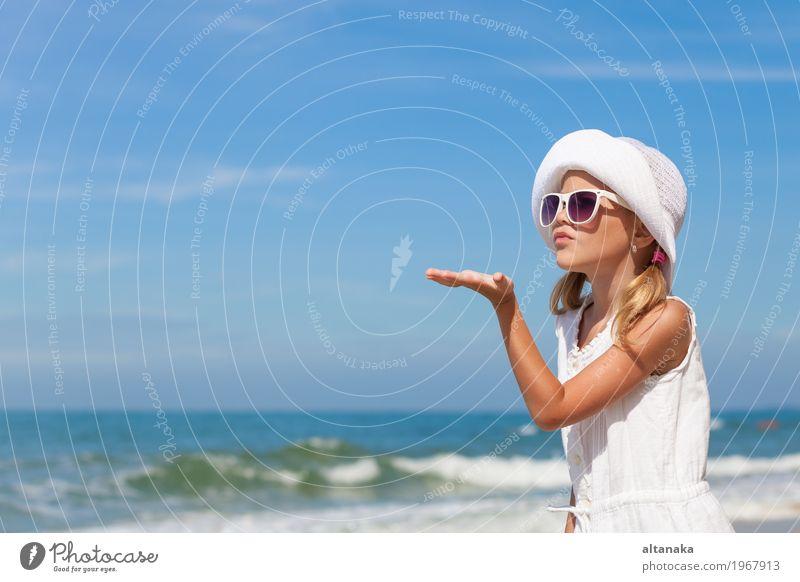 Kleines Mädchen, das auf dem Strand steht Mensch Kind Frau Natur Ferien & Urlaub & Reisen Sommer schön Sonne Meer Erholung Freude Erwachsene Lifestyle
