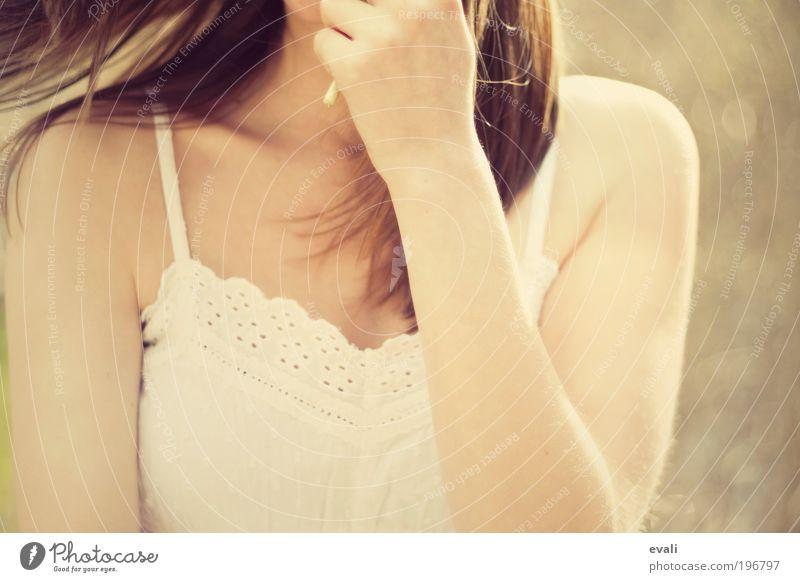 Frühlingsgefühle feminin Junge Frau Jugendliche Erwachsene Arme Hand 1 Mensch 18-30 Jahre Bewegung drehen frei Fröhlichkeit gelb gold Freude Zufriedenheit