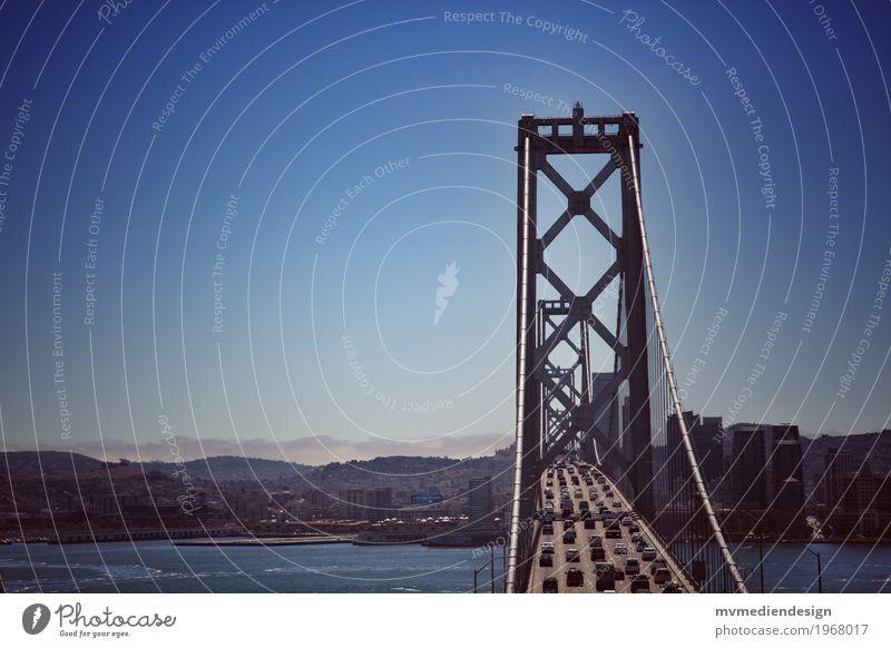 Bay Bridge San Francisco Berufsverkehr Autofahren Straße Brücke PKW Oakland Bay Bridge USA Kalifornien Verkehrswege Blauer Himmel Berge u. Gebirge Farbfoto