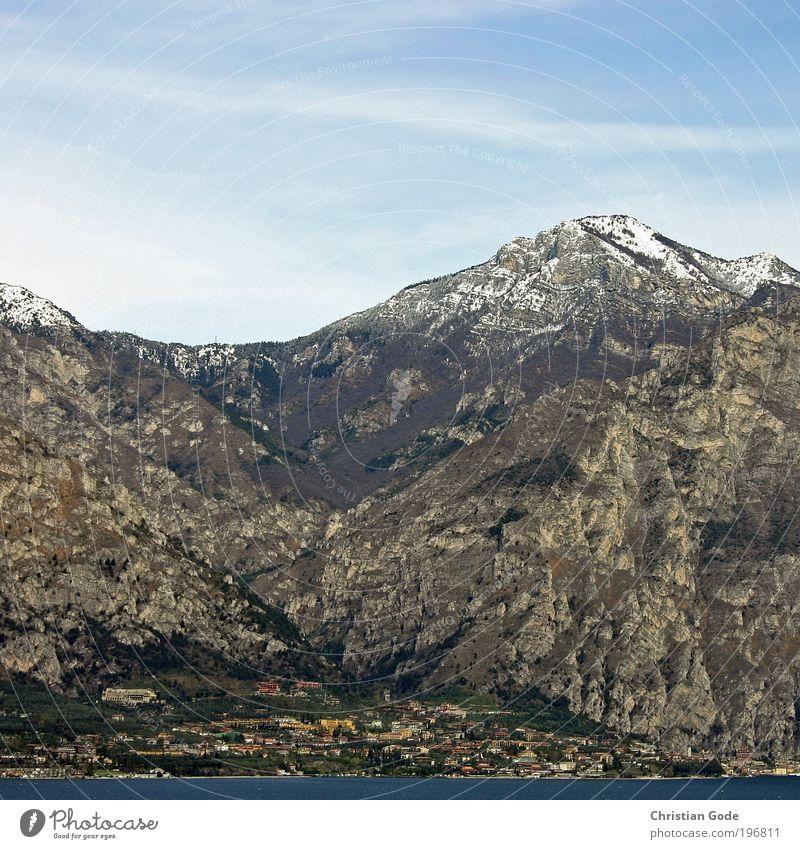 Der Berg ruft Natur blau Berge u. Gebirge See Gardasee Aussicht Wasser Italien Himmel Blauer Himmel himmelblau Stein Ferien & Urlaub & Reisen Luftperspektive